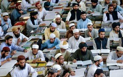Des étudiants de la madrassa (école coranique) Darul Uloom Haqqania à Akora Khattak au Pakistan, le 19,ocotobre 2020. (Crédit : MAJEED / AFP)