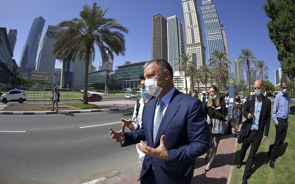 Erel Margalit, fondateur et président de Jerusalem Venture Partners (JVP), lors d'un séjour avec les membres d'une délégation du secteur hi-tech au  Dubai Financial Market (DFM), le 22 octobre 2020. (Crédit : Karim SAHIB / AFP)