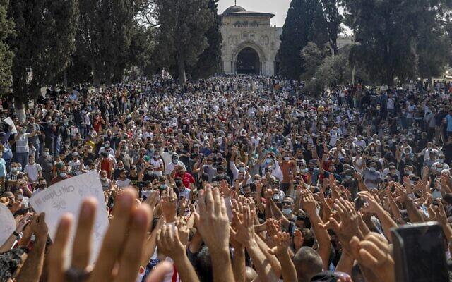 Les Palestiniens se rassemblent pour protester contre le président français, dans l'enceinte de la mosquée al-Aqsa, dans la vieille ville de Jérusalem, le 30 octobre 2020. (Crédit : AHMAD GHARABLI / AFP)