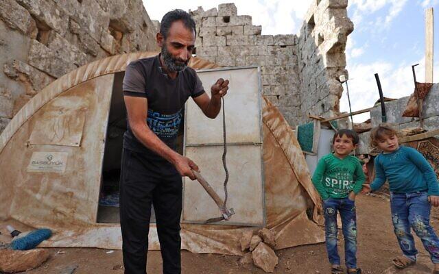 Des réfugiés syriens dans des ruines de l'ère byzantine à Baqirha, le 1er novembre 2020. (Crédit : Abdulaziz ketaz / AFP)