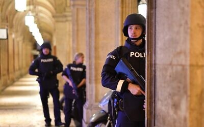 Une patrouille de police dans un passage près de l'opéra dans le centre de Vienne le 2 novembre 2020, à la suite d'une fusillade près d'une synagogue.  (Crédit :  JOE KLAMAR / AFP)