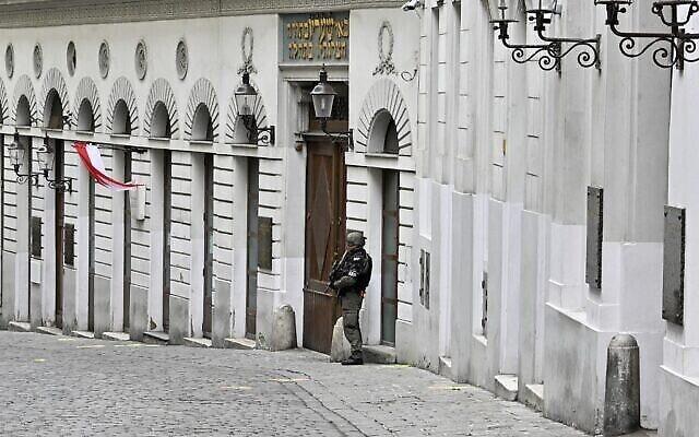 Un policier armé monte la garde devant la synagogue de la Seitenstettengasse à Vienne, 24 heures après les fusillades qui ont eu lieu dans plusieurs secteurs du centre de Vienne, le 3 novembre 2020. (Crédit : Hans Punz/APA/AFP)