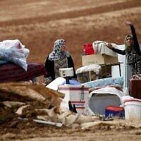 Des bédouines palestiniennes après la destruction de leur campement par l'armée israélienne, à l'est du village de Toubas, en Cisjordanie, le 3 novembre 2020. (Crédit : JAAFAR ASHTIYEH / AFP)