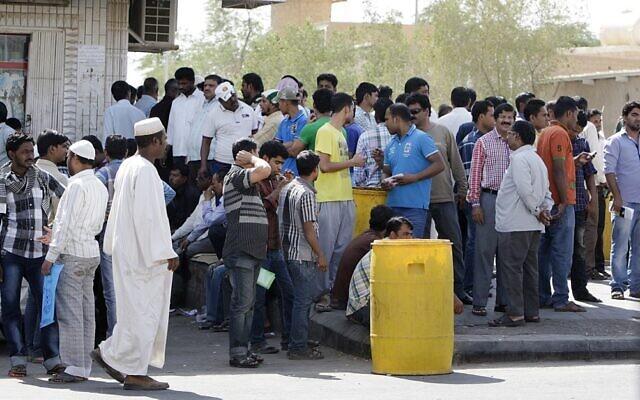Des travailleurs étrangers devant le département de l'immigration saoudien alors qu'ils tentent d'obtenir des visas et de légaliser leur situation de travail, dans la capitale Riyad, le 3 novembre 2013. (Crédit : Fayez Nureldine / AFP)