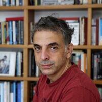 L'écrivain israélien Etgar Keret à son domicile de Tel Aviv, le 5 novembre 2020. (Crédit : EMMANUEL DUNAND / AFP)