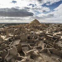 La forteresse de Shali récemment restaurée et ses environs, dans l'oasis de Siwa, dans le désert égyptien, à quelque 600 km au sud-ouest du Caire, le 6 novembre 2020. (Crédit : Khaled DESOUKI / AFP)