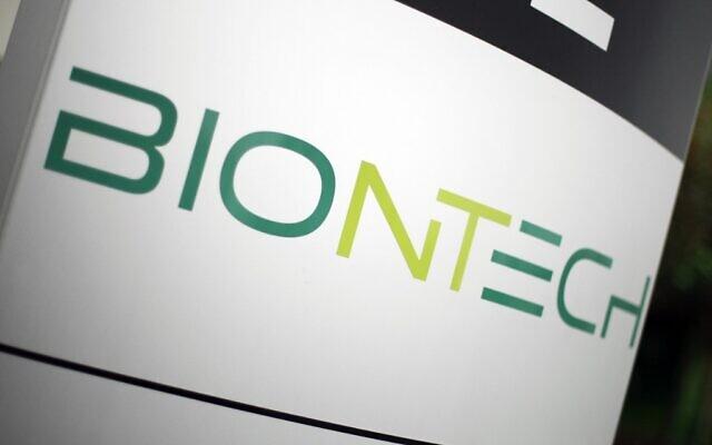 Logo de la société pharmaceutique allemande BioNTech, sur les quartiers généraux de la firme à Mainz, en Allemagne, le 12 novembre 2020. (Crédit : Daniel ROLAND / AFP)