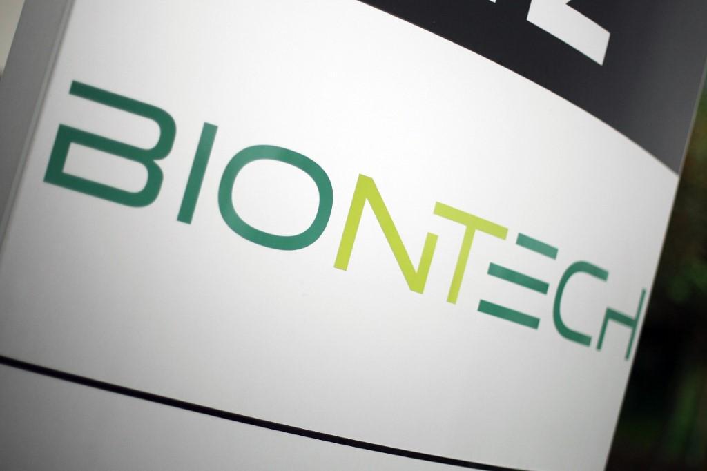 Logo de la société pharmaceutique allemande BioNTech sur les quartiers généraux de la firme à Mainz en Allemagne le 12 novembre 2020