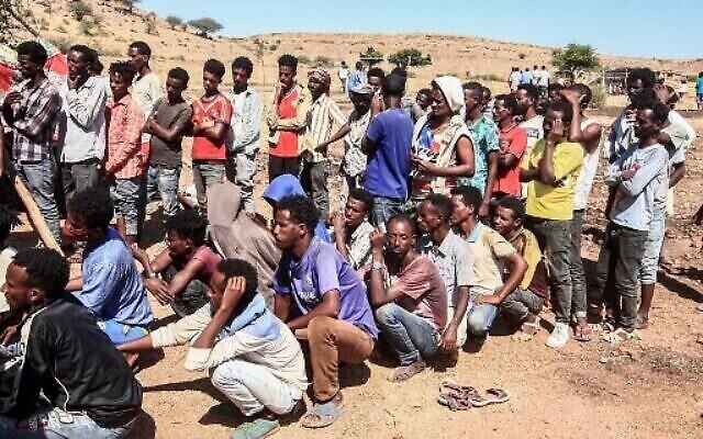Des réfugiés éthiopiens fuyant les combats dans la province du Tigré font la queue pour recevoir des ravitaillements au camp d'Um Rakuba, dans la province de Gedaref, à l'est du Soudan, le 16 novembre 2020. (Ebrahim HAMID / AFP)