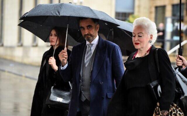 L'avocat britannique Aamer Anwar (centre) arrive avec des membres de son équipe à Glasgow le 24 novembre 2020 pour prendre part à l'ouverture d'un appel posthume contre la condamnation du Libyen Abdelbaset Mohmet al-Megrahi pour l'attentat à la bombe du vol 103 de la Pan Am au-dessus de la ville de Lockerbie en 1988. (Crédit :'Andy Buchanan / AFP)