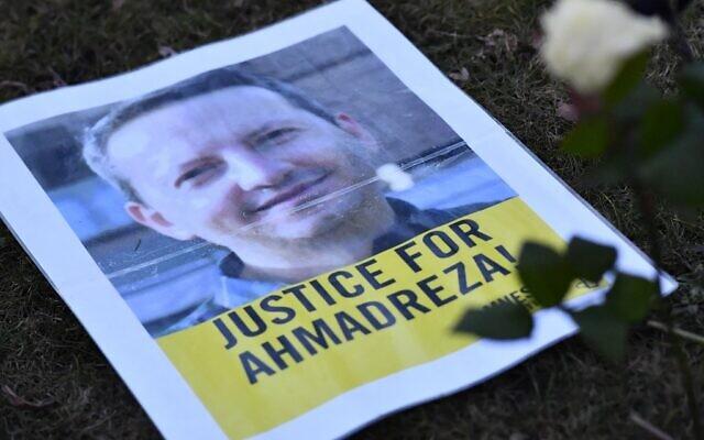 Photo prise le 13 février 2017 d'un tract lors d'une manifestation devant l'ambassade d'Iran à Bruxelles pour Ahmadreza Djalali, un universitaire iranien détenu à Téhéran depuis près d'un an et qui aurait été condamné à mort pour espionnage. (Crédit : DIRK WAEM / Belga / AFP)