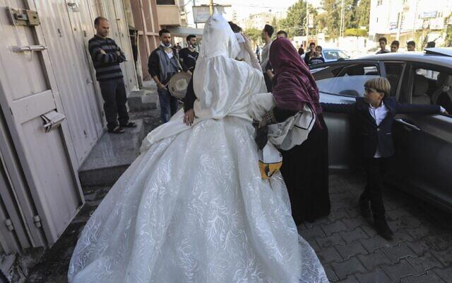 Une mariée palestinienne voilée quitte un salon de beauté dans le nord de la bande de Gaza le 13 novembre 2020, avant sa cérémonie de mariage au milieu de la pandémie de COVID-19. (Crédit : MAHMUD HAMS / AFP)