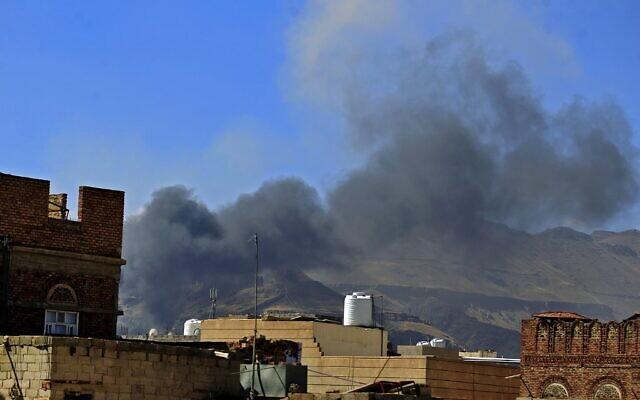 Des nuages de fumée se sont formés à la suite d'une attaque aérienne de la coalition saoudienne dans la capitale yéménite Sanaa, le 27 novembre 2020. (Crédit : MOHAMMED HUWAIS / AFP)