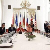 Les ministres des Affaires étrangères sont assis autour d'une table à l'hôtel Palais Coburg, où se tiennent les négociations sur le nucléaire iranien à Vienne, en Autriche, le 6 juillet 2015. (AFP/POOL/CARLOS BARRIA)