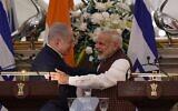 Illustration : le Premier ministre indien Narendra Modi embrasse le Premier ministre Benjamin Netanyahu lors d'une conférence de presse à Hyderabad House à New Delhi le 15 janvier 2018. (AFP PHOTO / MONEY SHARMA)