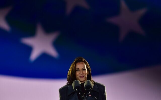 La sénatrice Kamala Harris (D-CA), prend la parole lors d'un rassemblement électoral, le 2 novembre 2020 à Philadelphie, Pennsylvanie. (Crédit : Mark Makela / Getty Images / AFP)