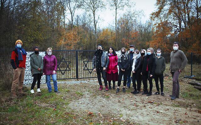 Michał Laszczkowski, à droite, avec des membres des Scouts Wagabunda, le 11 novembre 2020. (Crédit : Pawel Czarnecki/ via JTA)