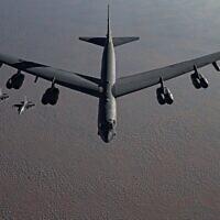 Un bombardier lourd B-52, flanqué d'avions de chasse, se dirige vers le Moyen-Orient dans le cadre d'une menace tacite contre l'Iran, le 21 novembre 2020. (US Air Force/Facebook)