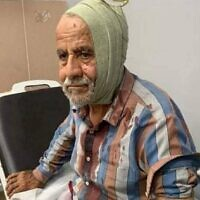 Un Palestinien âgé de 72 ans pris en charge à l'hôpital suite à une attaque présumée des habitants d'implantation. (Crédit : Conseil local de Niilin)