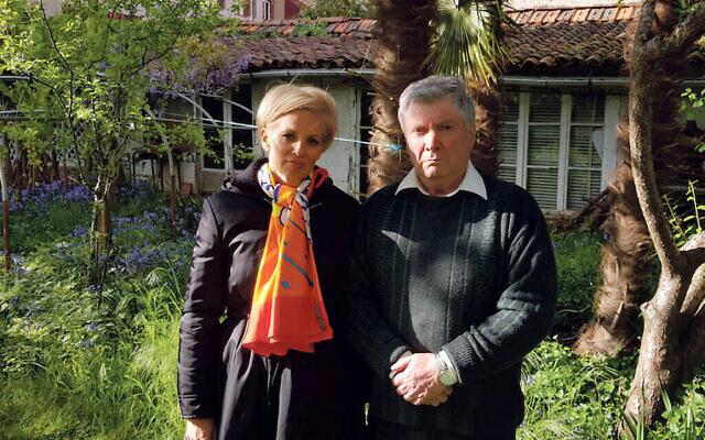 """Noemie Lopian avec Jacques Deserces, le petit-fils de l'homme qui a caché sa mère aux nazis lorsqu'elle était enfant. Ils se sont rencontrés dans le cadre de l'émission """"My Family, The Holocaust and Me"""" de Robert Rinder sur BBC One. (Wall to Wall Media/ Mike Robinson)"""