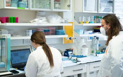 Tomer Hertz (à droite) supervise un essai clinique pour la nouvelle méthode de mise en commun des laboratoires de test du coronavirus. (Dani Machlis/Université Ben Gurion)