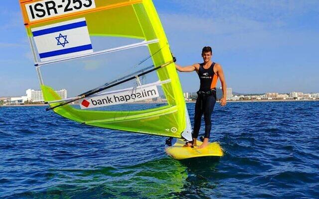 Le véliplanchiste Yoav Cohen lors des championnats d'Europe 2020 au Portugal, au mois de novembre 2020. (Crédit : Israeli Sailing Association)
