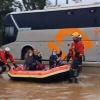 Trois femmes sauvées par des pompiers lors d'inondations à Herzliya, le 26 novembre 2020. (Capture écran/Mako)
