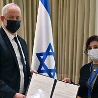 Le ministre de la Défense Benny Gantz (à gauche) avec Yael Grill, membre d'une commission d'enquête gouvernementale sur l'Affaire 3000, au sujet des sous-marins, le 22 novembre 2020. (Armée israélienne)