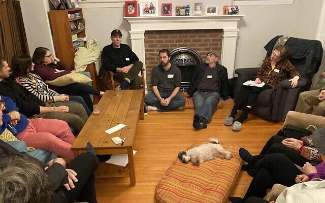 Un groupe se réunit dans la maison de Noam et Val Dolgin à Vancouver pour discuter d'un éventuel projet de cohabitation juive. (Noam Dolgin / via JTA)