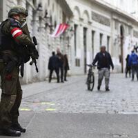 Un officier de police sur les lieux de l'attentat près d'une synagogue à Vienne, en Autriche, le mercredi 4 novembre 2020. (Crédit : AP / Matthias Schrader)
