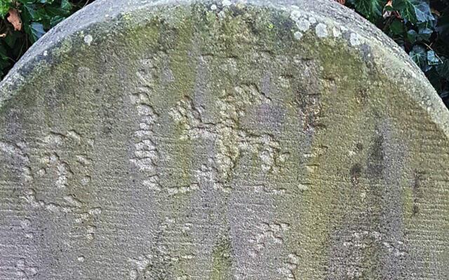Une crois gammée gravée sur une pierre tombale à  Haren, en Allemagne, en novembre 2020. (Crédit : communauté juive de Haren/Eli Nahum/Monitoring Antisemitism Worldwide via JTA)