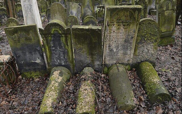 Des pierres tombales du cimetière juif de la rue Okopowa à Varsovie, le 22 décembre 2017.(Crédit : AP Photo/Czarek Sokolowski)