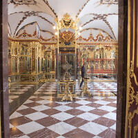 Cette photo montre une partie de la collection de la pièce des Joyaux dans le musée de la Voûte verte à Dresde, en Allemagne, le 4 avril 2019. (Crédit : Sebastian Kahnert/dpa via AP)