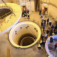 Des techniciens travaillent sur le circuit secondaire du réacteur à eau lourde d'Arak, alors que des officiels et des médias visitent le site nucléaire, près d'Arak, à 250 kilomètres au sud-ouest de la capitale Téhéran, en Iran, le 23 décembre 2019. (Organisation de l'énergie atomique d'Iran via AP)