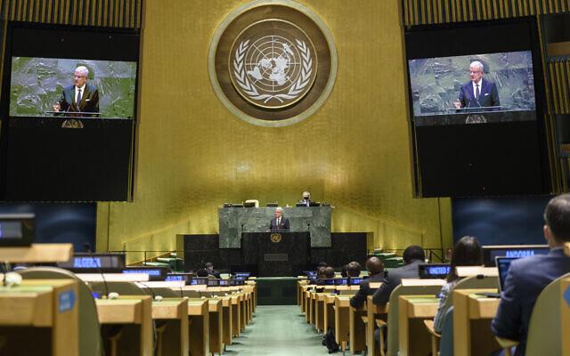 Sur cette photo des Nations unies, Volkan Bozkir, président de la 75e session de l'Assemblée générale des Nations unies, est montré sur des moniteurs vidéo alors qu'il prononce son discours de clôture, le 29 septembre 2020, au siège des Nations unies. (Loey Felipe/UN Photo via AP)