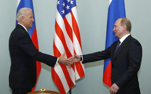 Dans cette photo d'archives, le vice-président des États-Unis Joe Biden, à gauche, serre la main du Premier ministre russe Vladimir Poutine à Moscou, en Russie, le 10 mars 2011 (Crédit : AP / Alexander Zemlianichenko, File)