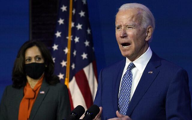 Le président désigné des États-Unis Joe Biden, rejoint par la vice-présidente désignée Kamala Harris, s'exprime au Queen Theater, le 9 novembre 2020, à Wilmington, Delaware. (AP Photo/Carolyn Kaster)