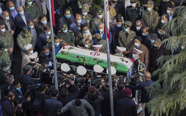 Sur cette photo transmise par le site officiel du ministère iranien de la Défense, des militaires se tiennent aux côtés du cercueil recouvert d'un drapeau de Mohsen Fakhrizadeh, un scientifique qui a été assassiné vendredi, pendant une cérémonie de funérailles à Téhéran, en Iran, le 30 novembre 2020. (Crédit : (Ministère iranien de la Défense via AP)