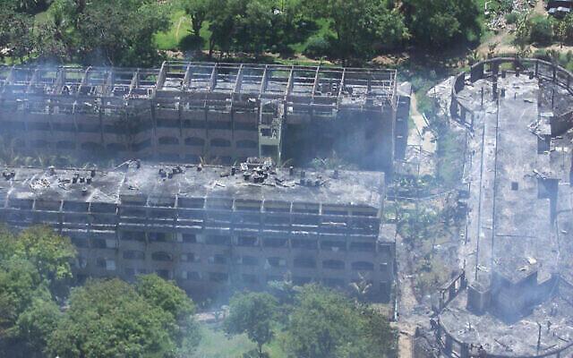 Une vue aérienne de l'hôtel Paradise à Kikambala, près de Mombasa, au Kenya, est présentée le jeudi 28 novembre 2002, après que celui-ci a été dévasté par une explosion. Lors d'attaques simultanées contre des touristes israéliens au Kenya, une voiture piégée a explosé jeudi à l'hôtel appartenant à Israël, tuant 13 personnes, et deux missiles ont été tirés sur un avion de ligne israélien qui venait de décoller de la ville de Mombasa, mais l'ont manqué. (AP Photo/Karel Prinsloo)