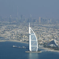 Burj Al Arab, un hôtel de luxe, (au premier plan), et Burj Dubaï, le plus haut bâtiment du monde, (en arrière-plan au centre), vu depuis un avion à Dubaï, aux Émirats arabes unis, le 3 janvier 2010. (AP Photo/Kamran Jebreili)