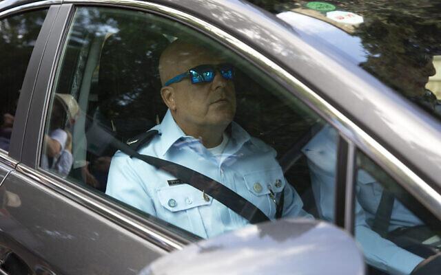 L'enquêteur de police Eli Assayag arrrive à la résidence du Premier ministre à Jérusalem, le 12 juin 2018. (Crédit : AP Photo/Sebastian Scheiner)