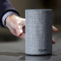 Une nouvelle enceinte Amazon Echo présentée pendant un programme annonçant plusieurs produits Amazon présentés par l'entreprise à Seattle, le 27 septembre 2017. (Crédit : AP Photo/Elaine Thompson, File)