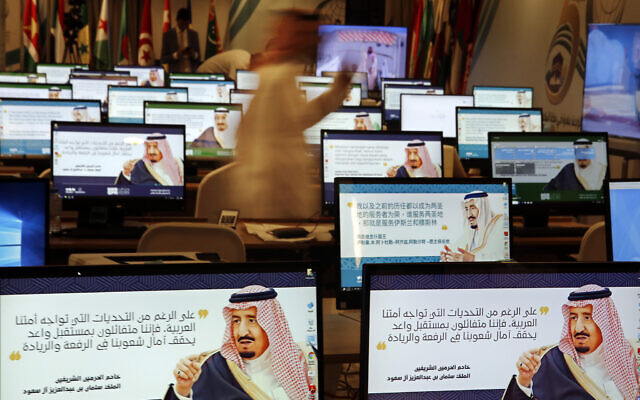 """Illustration : Des écrans de veille montrant le roi Salman sur les ordinateurs du centre de presse pour les prochains sommets, à La Mecque, en Arabie Saoudite, le 30 mai 2019. En arabe, on peut lire sur les ordinateurs : """"Malgré tous les défis auxquels notre nation arabe est confrontée. Nous sommes optimistes quant à un avenir prometteur qui comble les espoirs de nos nations en matière de leadership"""". (Crédit : AP Photo/Amr Nabil)"""