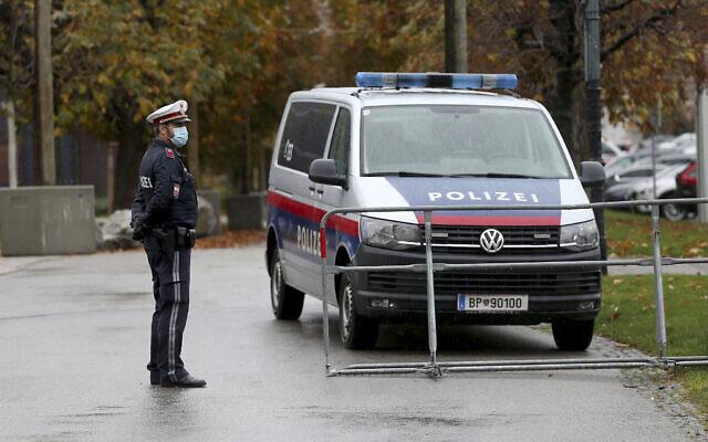 Un officier de police à Vienne, le 30 octobre 2020. (Crédit : AP Photo/Ronald Zak)