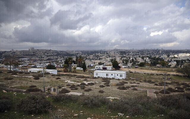 Une vue de l'implantation de Givat Hamatos, à Jérusalem-Est. Un observatoire des implantations a indiqué dimanche qu'Israël allait faire construire des centaines de logements, un projet qui menace de couper les parties de la ville revendiquée par les Palestiniens de Cisjordanie. Une photo prise le 15 novembre 2020. (Crédit : AP Photo/Mahmoud Illean)