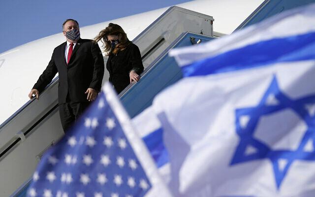 Le secrétaire d'État américain Mike Pompeo et sa femme Susan descendent de leur avion à l'aéroport Ben Gurion de Tel Aviv, le 18 novembre 2020. (AP Photo/Patrick Semansky, Pool)