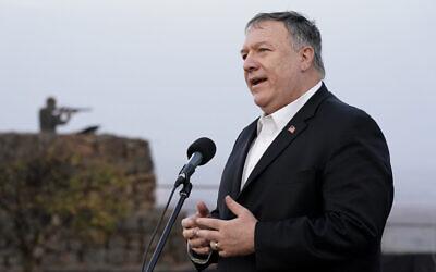 Le secrétaire d'Etat américain Mike Pompeo s'exprime lors d'un compte-rendu sécuritaire sur le mont Bental, sur le plateau du Golan, à proximité de la frontière israélo-syrienne, le 19 novembre 2020. (Crédit : AP Photo/Patrick Semansky, Pool)