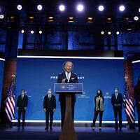 Le président-élu Joe Biden et la vice-présidente élue Kamala Harris présentent leurs candidats pour la novelle administration, au Queen Theater, le 24 novembre 2020 à Wilmington, Delaware. (Crédit : AP/Carolyn Kaster)
