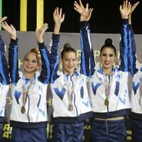 L'équipe israélienne de gymnastique rythmique sur la première marche du podium des 36e championnats d'Europe à Kiev, Ukraine, le 27 novembre 2020 (Crédit : AP Photo/Efrem Lukatsky)