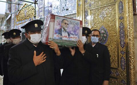 Sur cette photo publiée par le ministère de la Défense iranien et prise le samedi 28 novembre 2020, les gardiens du sanctuaire de l'Imam Reza portent le cercueil drapé du drapeau de Mohsen Fakhrizadeh, un scientifique iranien lié au programme nucléaire militaire du pays, qui a été tué vendredi, lors d'une cérémonie funéraire dans la ville de Mashhad, au nord-est de l'Iran. (Ministère de la Défense iranien via AP)